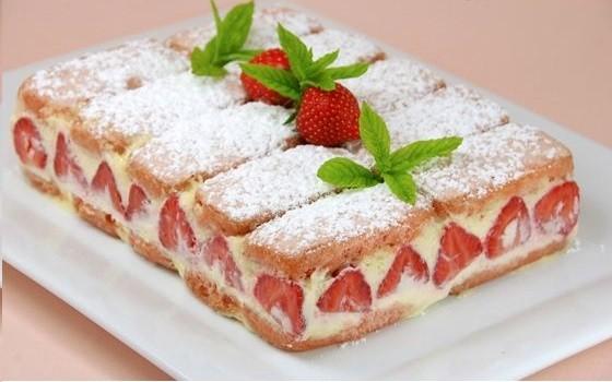 Fraisier aux biscuits roses délicieux!